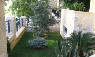 Διαμόρφωση ιδιωτικού κήπου στην οδό Σουλίου της Πετρούπολης